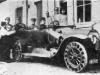 Запасы резины в Германии во время Первой мировой войны быстро истощились. Легковые автомобили и санитарные машины получили, начиная с 1916г., «пружинныеколеса», на ободах у которых по периметру были установлены спиральные пружины. На фотографии автомобиль фирмы «Бенц» с пружинными колесами.