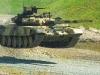 Для компоновки Т-90 характерна высокая плотность, характерная для отечественной школы танкостроения. Это имеет как преимущества, так и недостатки. Плотная компоновка позволяет создать высокозащищенную машину с низким силуэтом и малой площадью продольного и поперечного сечения при сравнительно невысокой массе. Соответственно меньший внутренний объем (для танка Т-90 11,8 м3 и 13 для Т-90С) требует меньшей массы бронирования. Недостатком плотной компоновки является стесненность членов экипажа, затруднена замена членами экипажа друг друга в случае необходимости. Фото с сайта http://warinform.ru/News-view-77.html