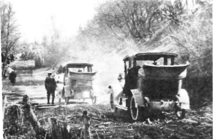 Германские военные автомобили на сербской проселочной дороге (1916 г.).