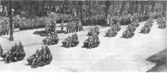 Мотоциклы модели BMW R4 на параде в Берлине в 1936 г.