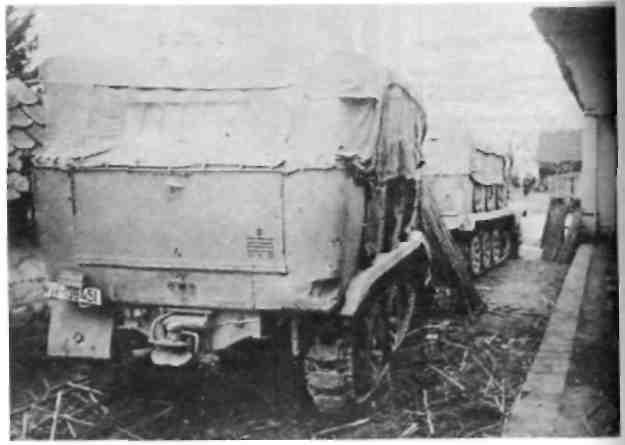 Два пятитонных автомобиля-тягача мостовой колонны при участии в боевых действиях на нижнем точении Дравы (приток Дуная) в марте 1945 года.