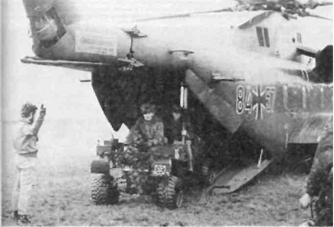 Грузовой автокар покидает транспортный вертолет во время отработки операции десантирования
