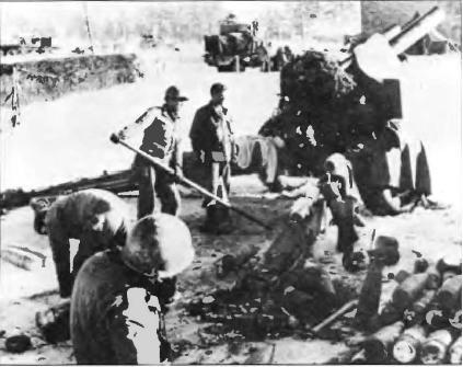 Тяжелые орудия располагались в нескольких милях от рубежей противника, чтобы не привлекать к себе нежелательного внимания со стороны вражеских полевых пушек и минометов. Данные о цели артиллеристы получали от передовых наблюдателей, таких, как отряд Африканского корпуса.