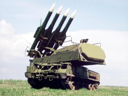 ЗРК средней дальности третьего поколения «Бук-М2Э» (в классификации НАТО – SA-17 «Grizzly») за счёт введения в боевые средства комплекса фазированных антенных решёток обеспечивает одновременное обнаружение до 24 воздушных целей при одновременной атаке 6 наиболее опасных. Введение в состав комплекса радиолокатора подсвета и наведения с антенным постом, поднимаемым на высоту до 21 метра, позволило существенным образом повысить эффективность работы по низколетящим целям. Фото с сайта http://www.ru.all.biz/sou-zrk-buk-m2e-g170959