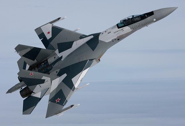 Су-35С является истребителем поколения «4++» большого радиуса действия. Самолет способен развивать скорость до 2,5 тысячи километров в час, дальность его полета составляет 3,4 тысячи километров, а боевой радиус — около 1,6 тысячи километров. Су-35С вооружен одной 30-миллиметровой пушкой и имеет 12 точек подвески для навесного вооружения, включая ракеты и бомбы. Ресурс истребителя составляет шесть тысяч летных часов, а срок службы — 30 лет. Фото с сайта http://sdelanounas.ru/blogs/4944/