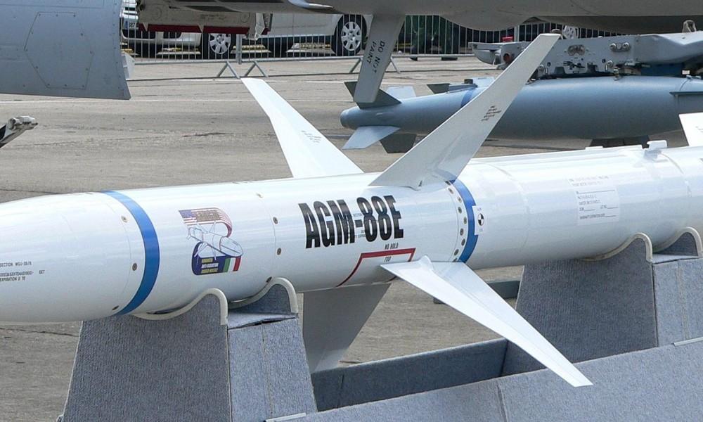 AGM-88E AARGM. Фото из Википедии.
